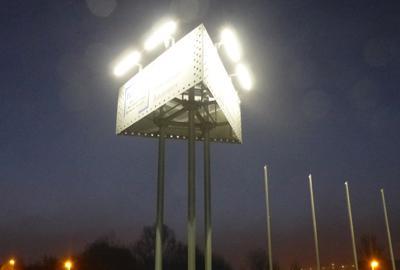 Lichtmasten und Werbeanlagen